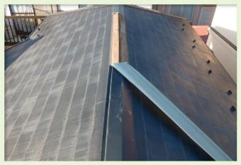 屋根材の浮きに風を受け続け、棟板金の剥がれが飛散に繋がる