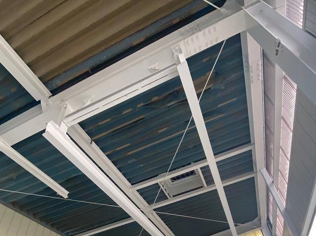 折板屋根の裏地が上がれ掛かっている