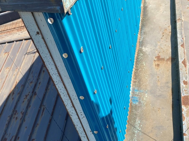 留め具をしっかり固定された腰壁の外壁トタン