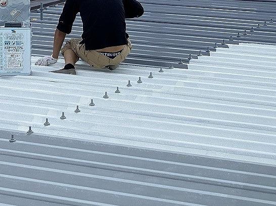 折板屋根塗装を行う塗装職人