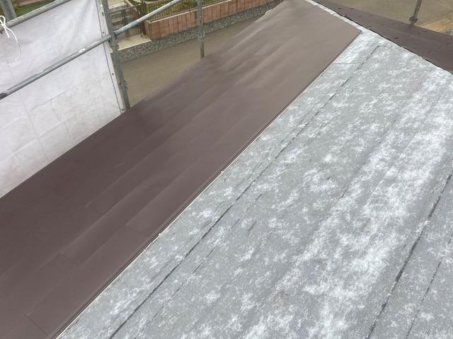 ガルバリウム鋼板を軒先から葺き始める