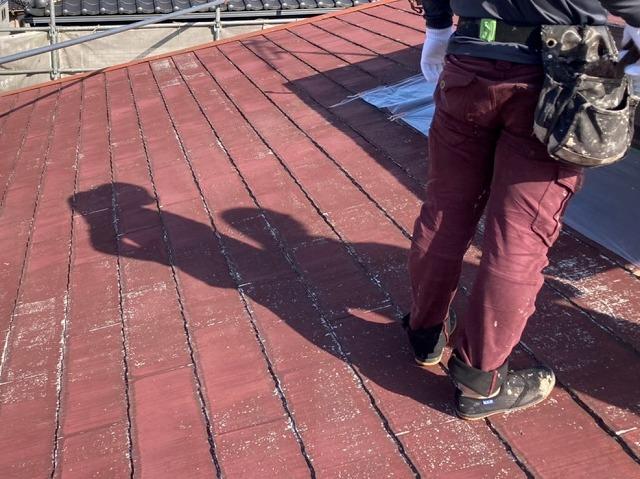 スレートコロニアル屋根にたたずむ職人