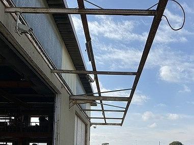 庇から折板屋根を外し、躯体だけにした画像