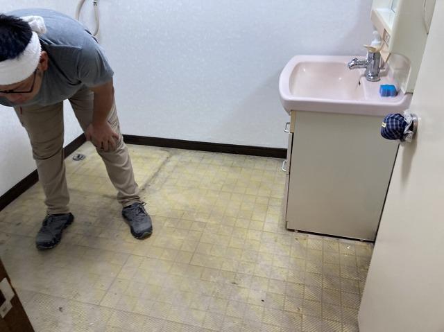 洗面所の床、施工前