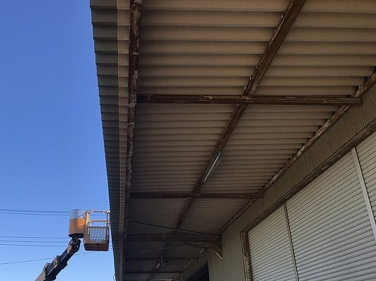 新しく庇に葺き替えた裏張りした折板屋根
