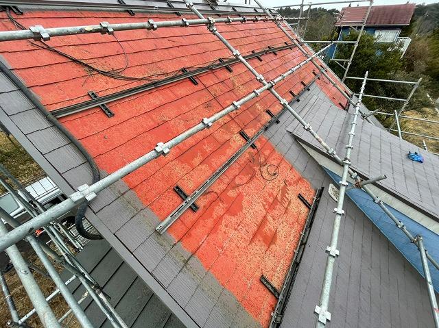 急勾配屋根に掛けた屋根足場