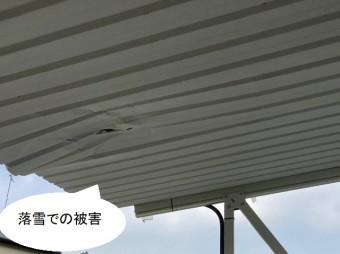 落雪で破損したガレージの屋根