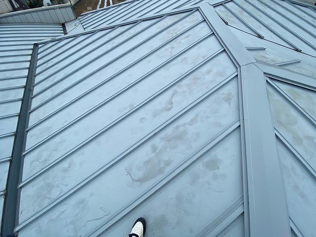 部分的な屋根工事が完了した結城市の金属瓦棒屋根