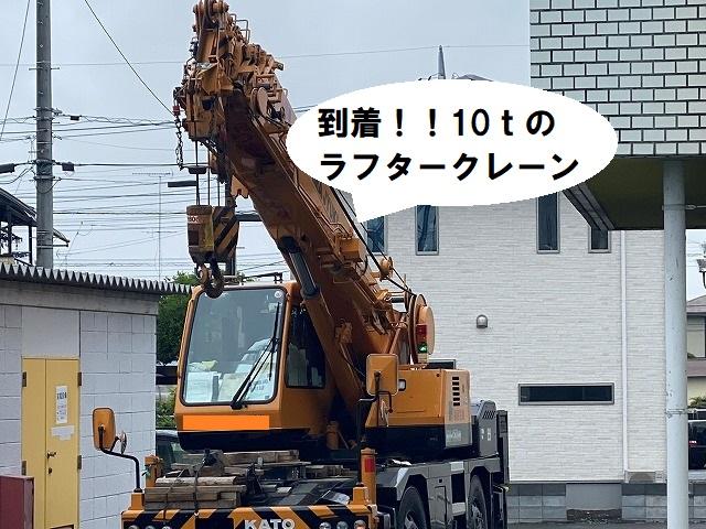 10tのラフタークレーンが到着した結城市の屋根工事現場