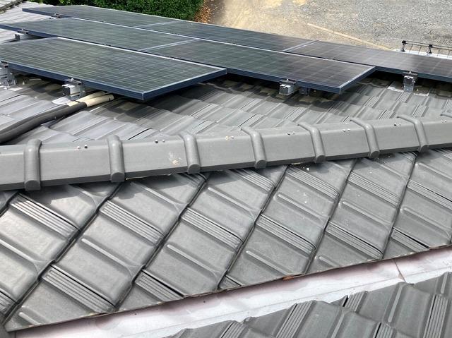 太陽光が併設されたロアール40瓦の屋根