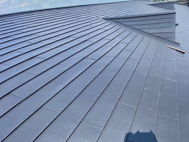 ガルバリウム鋼板でカバーしたマンションの屋根