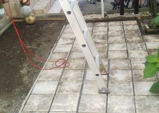 梯子に角度をつけ、足元が浮かないように設置