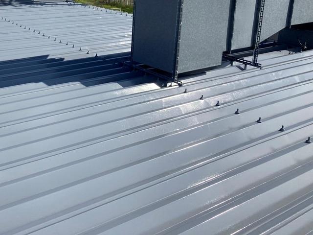 錆対策を施して塗装した店舗の折板屋根