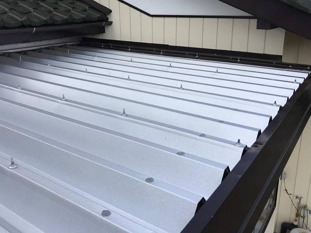 水戸市の小屋屋根にGL折板屋根をカバー工法で施工