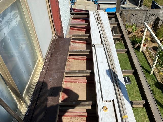 アルミベランダを解体すると下にあった瓦棒屋根が見えてくる