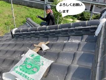 屋根漆喰施工中の職人の笑顔