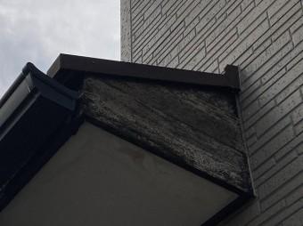 塗装前の玄関庇屋根の破風板の状態