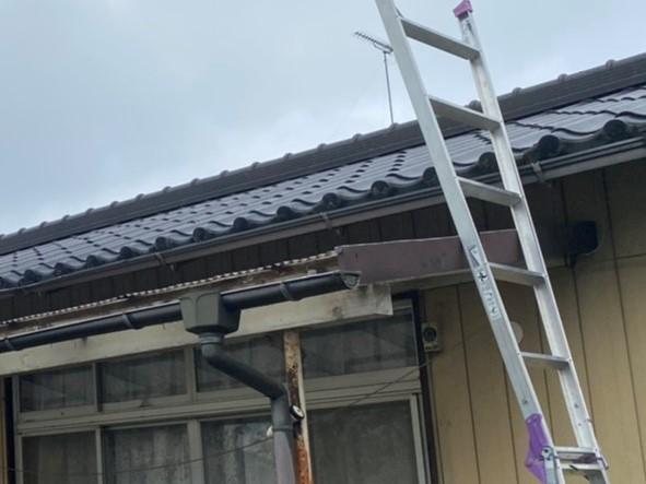 テラス脇にハシゴを掛け屋根に登る準備