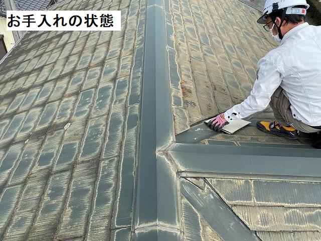 コロニアルが葺かれた屋根を細かくチェツクするスタッフ