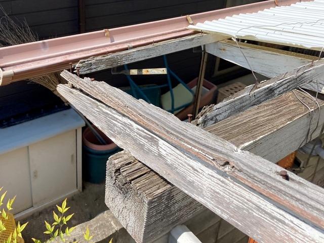 劣化した西側テラスの木製枠