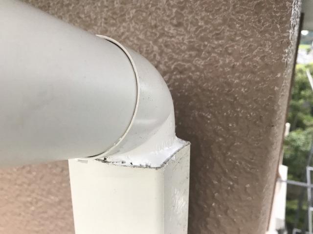 呼び樋のエルボ部分と廃盤竪樋の連結部