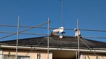 屋根修理作業中の二名のスタッフを地上から撮影