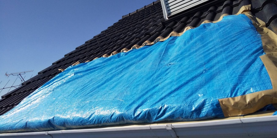 陥没した屋根にブルーシートを上から撮影