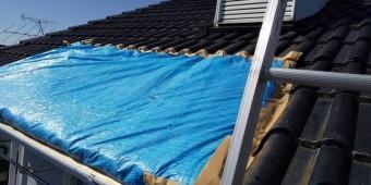 陥没屋根にブルーシート斜め45度