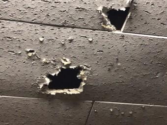 雨漏りによって台所天井のジプトン材に穴あき