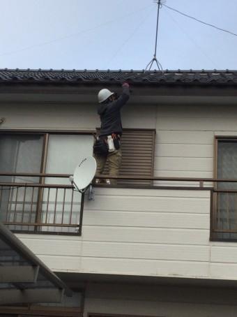軒樋を取り付ける職人