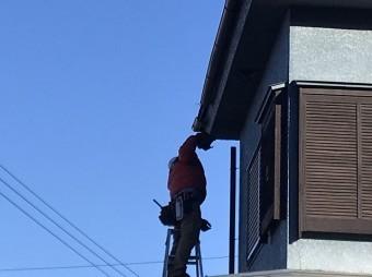 2階北面の軒樋部分を修理している職人