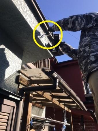 下穴が空いている鼻隠しに支持金具を施工する職人
