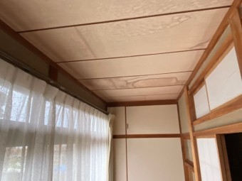 1階廊下西側の廊下の天井雨漏り跡