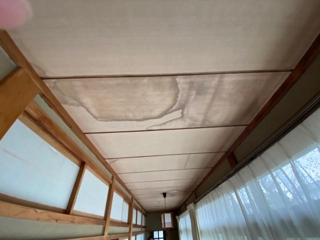 雨漏りした1階廊下の西側の天井を奥から撮影