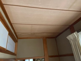 1階廊下東側の天井材への雨漏り跡