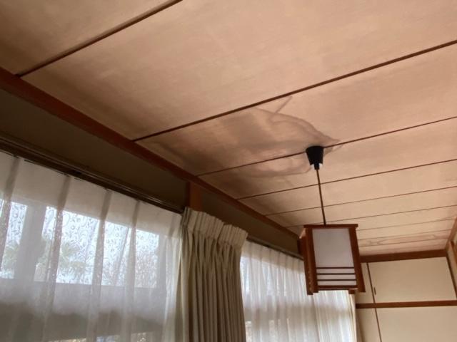 1階の廊下の電灯下天井材の雨漏り跡