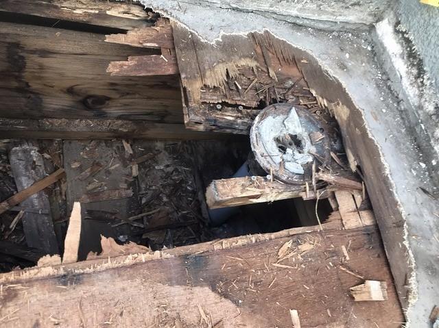 防水層の下の床木材が腐食している