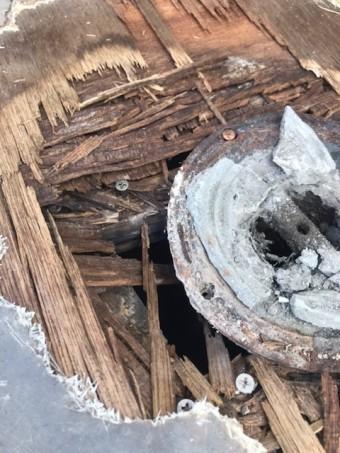 ベランダの木の床材が雨水の浸透により腐食している