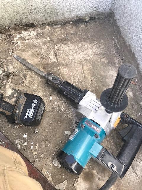 コンクリートベランダと電動ハツリハンマー