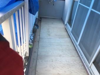ベランダの右側の床板を新規施工