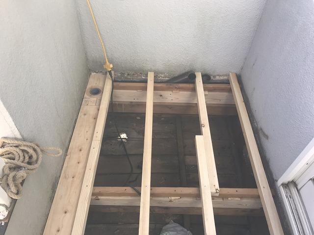 新規根太垂木を施工したベランダの左側