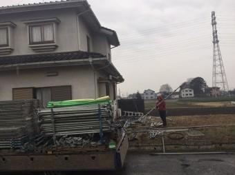 足場材を運び始めた作業員