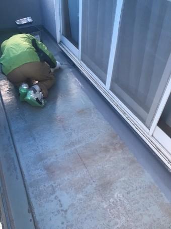トップコートを塗布する職人