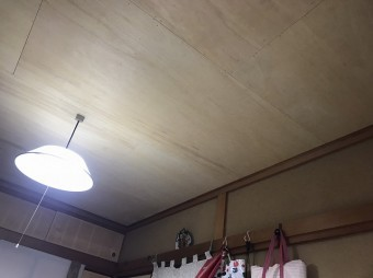 既存の天井の上からボードを施工