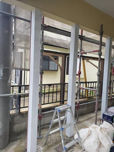 錆止めを塗布したガレージの鉄部支柱