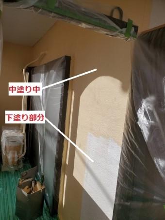2階部の下塗りと中塗りを比較