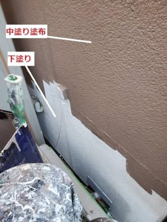 1階部の下塗りと中塗りの比較