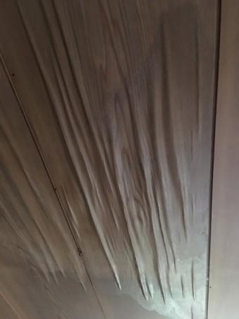 お客様が撮影した台風19号により雨漏りした天井材