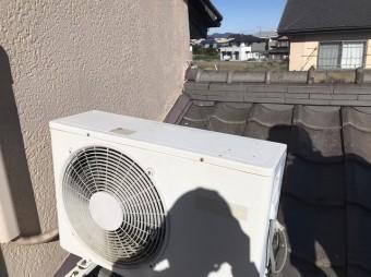 屋根瓦の上に設置されているエアコンの室外機