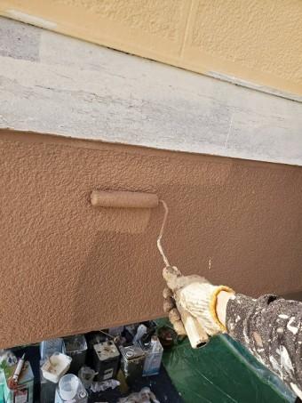 1階部を上塗りする職人